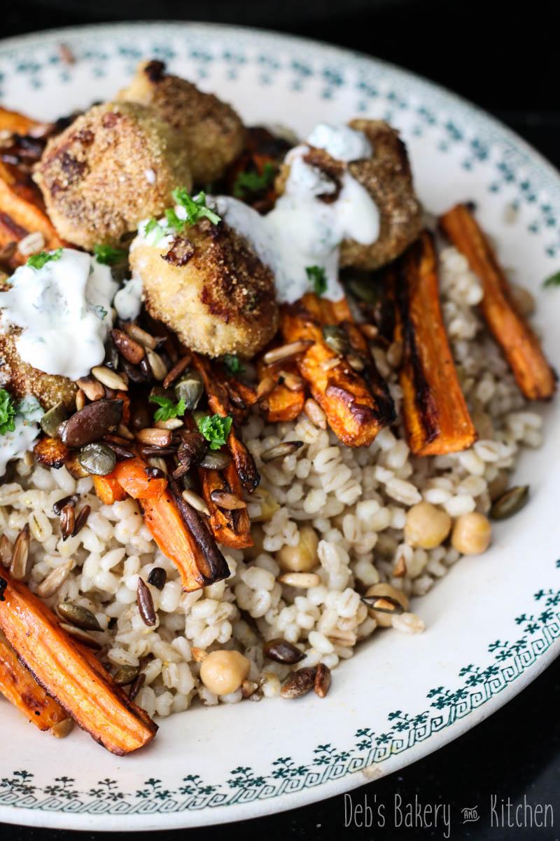 Farro (parelgort) met geroosterde wortels, kikkererwten en kipgehaktballetjes
