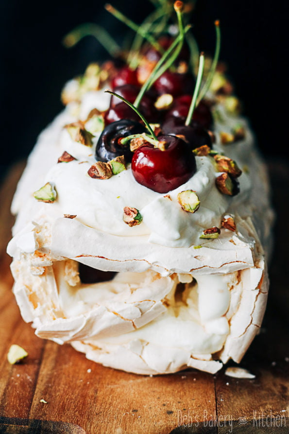 meringuerol met rozenroom en kersen