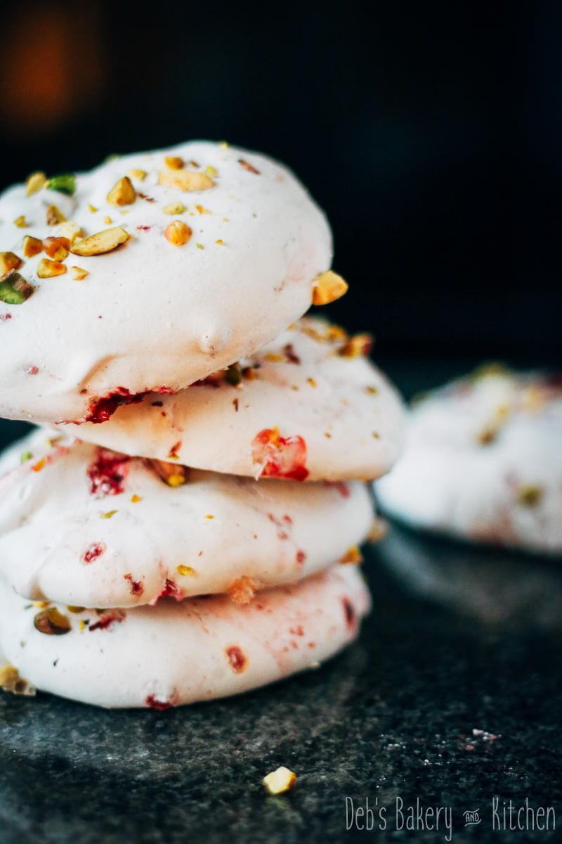 Frambozen meringues met pistachenoten