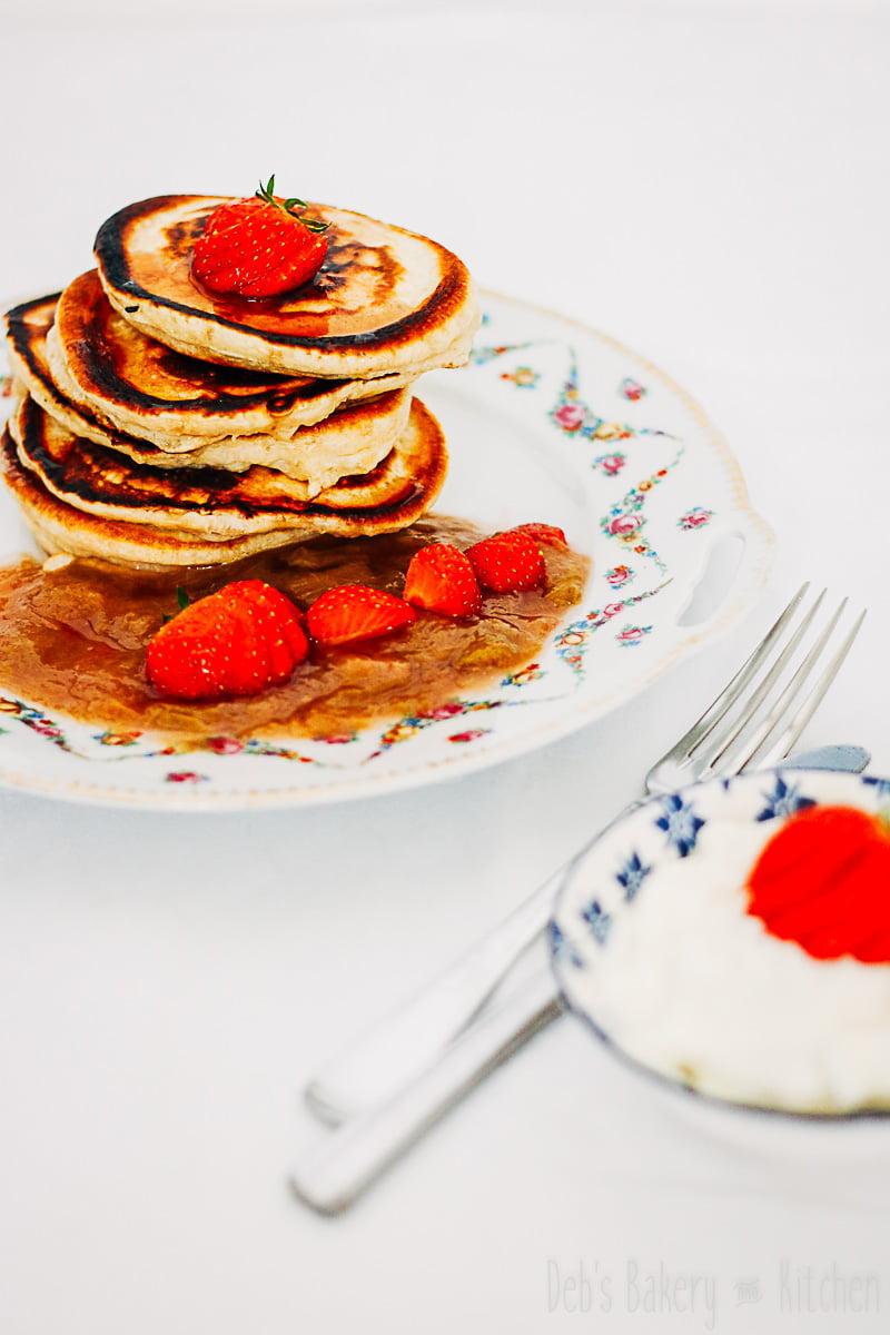 Chai pancakes met rabarbercompote