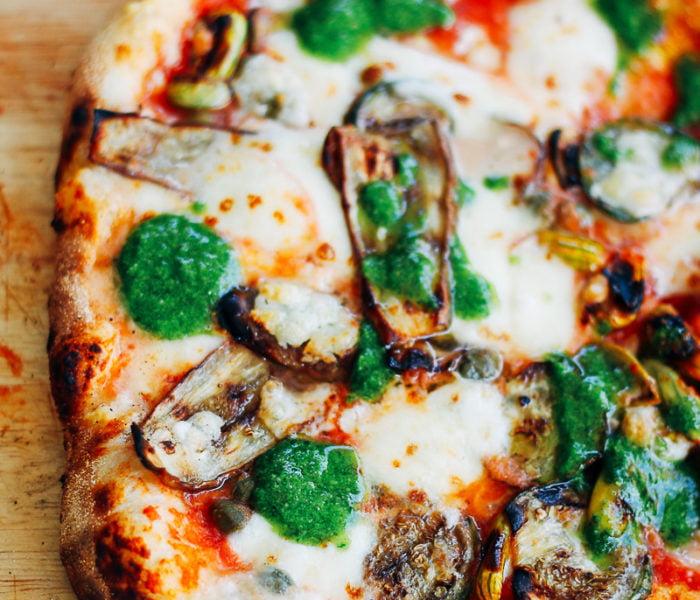 Pizza met aubergine en pesto