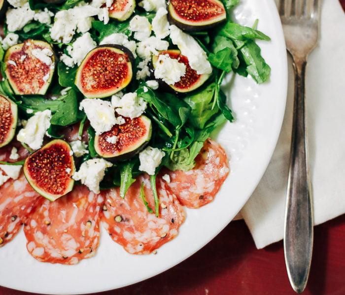 Salade met vijgen, feta en spianata romana