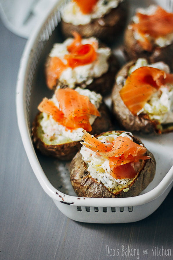 Gepofte aardappel met zalm en ricotta