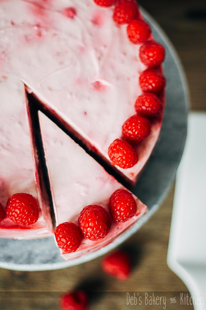 frambozen yoghurttaart met chocoladebodem