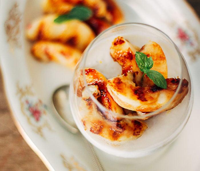 Panna cotta van kokosmelk met gegrilde perzik