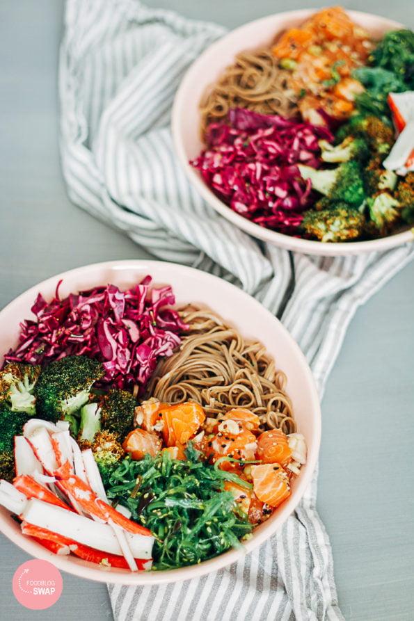 poke bowl met zalm en surimi