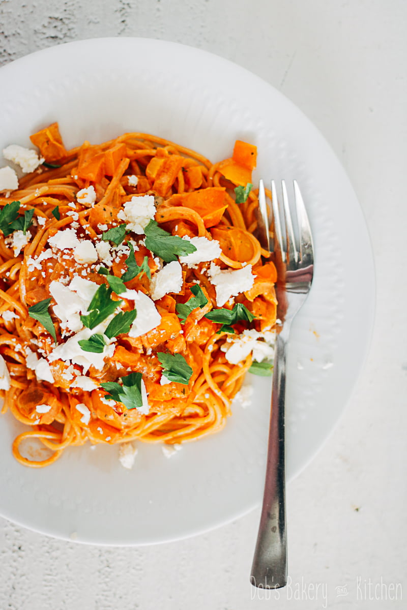 spaghetti met paprikasaus en feta