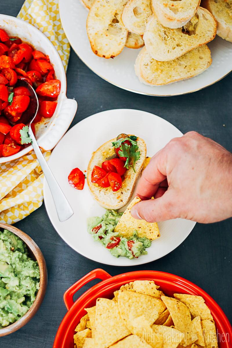 Bruschetta mexicana met guacamole en nachochips
