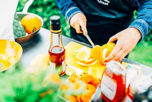 dessertsalade van gegrilde sinaasappel, mango en geitenkaas