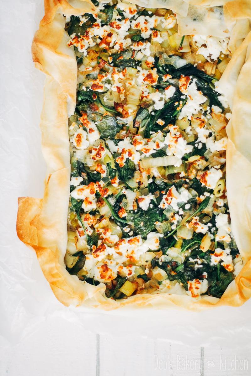 plaattaart van filodeeg met prei, spinazie en feta