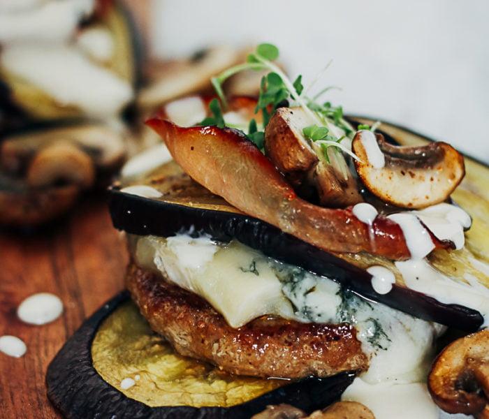 Hamburgers met gegrilde aubergines
