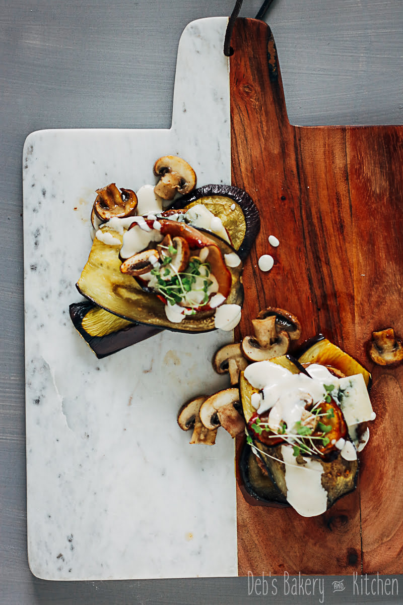 hamburgers met gegrilde aubergines en gorgonzola