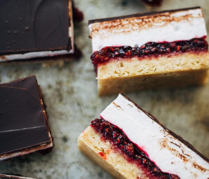 Marshmallowplaatkoek met chocolade en frambozen