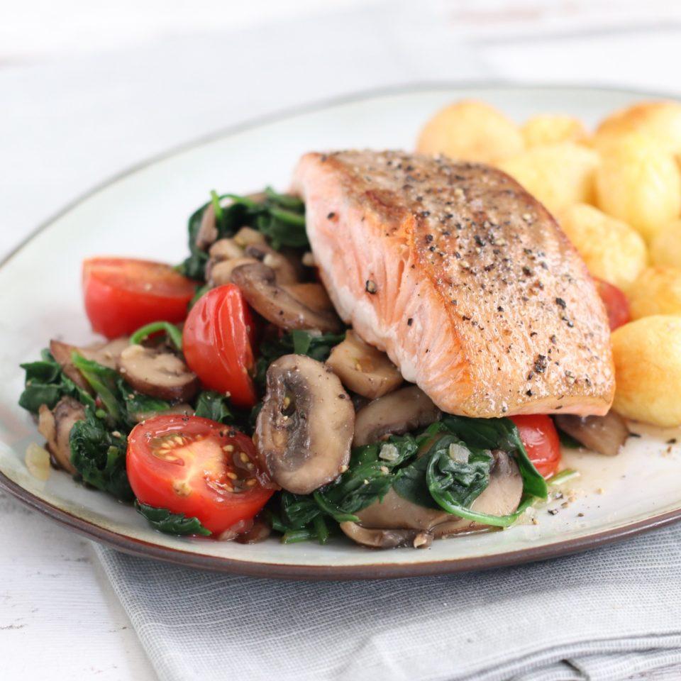 zalmfilet op een bedje van spinazie, champignons en tomaatjes Marielle in de keuken
