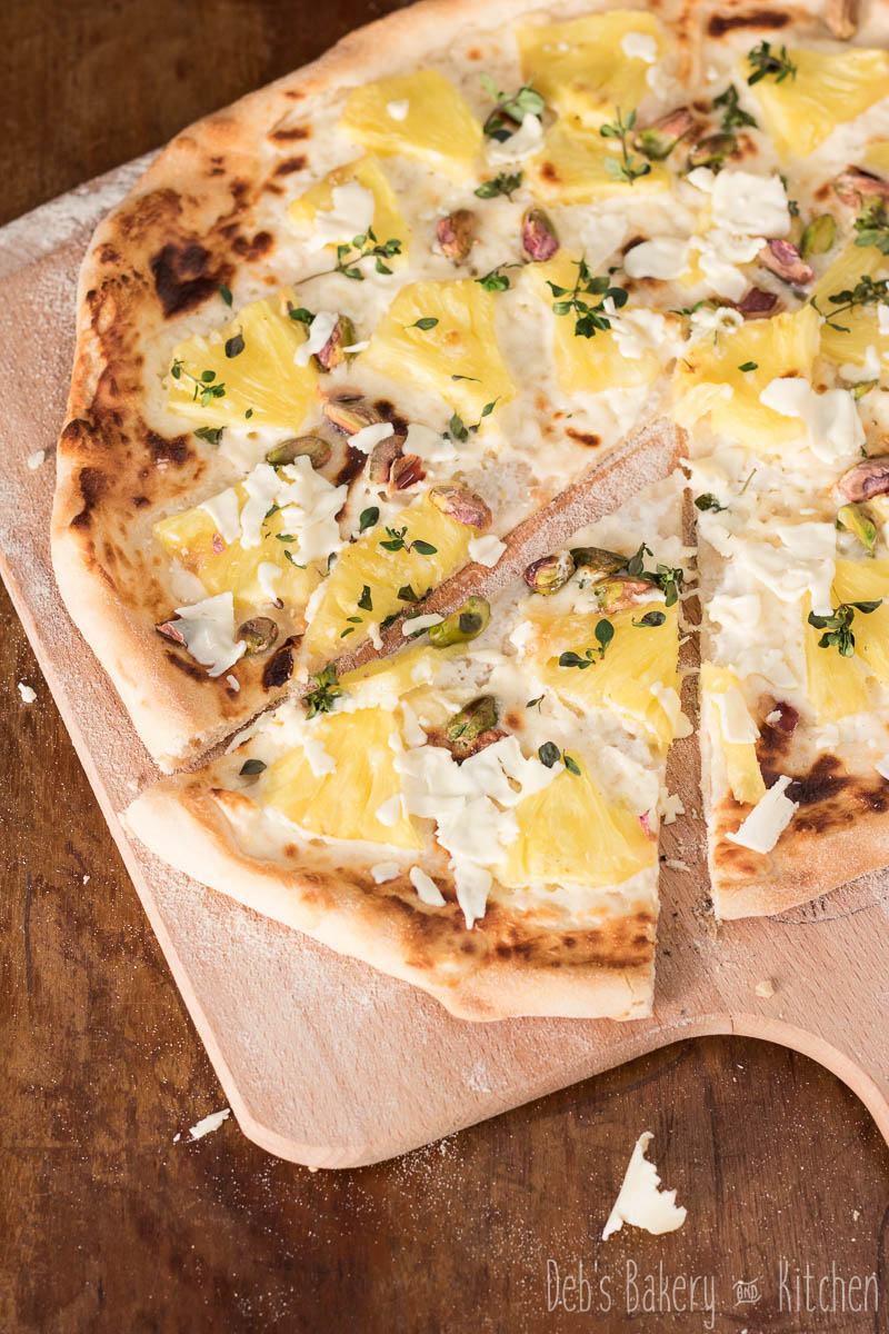 pizza met ananas, mascarpone en pistachenoten
