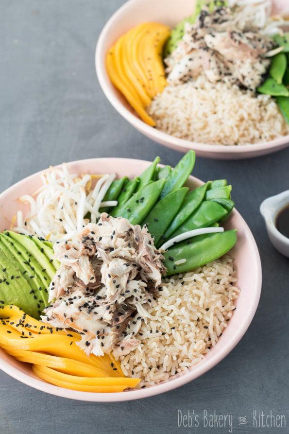 Poké bowl met peultjes en makreel