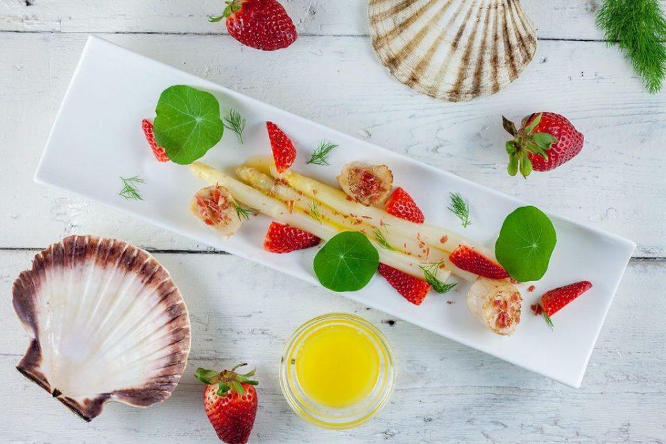 Coquilles met witte asperges en aardbeiensalade