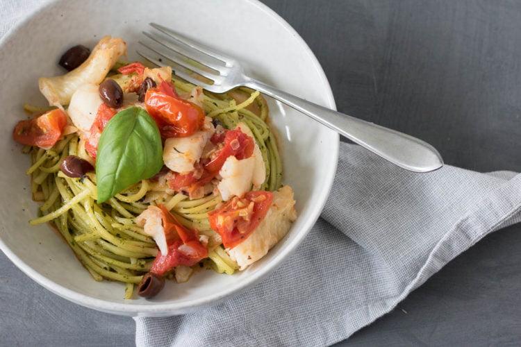 Tomatenlinguine met heilbot en amandelpesto
