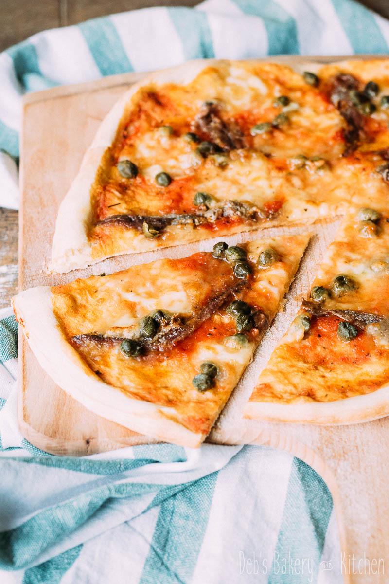 pizza met ansjovis en kappertjes-
