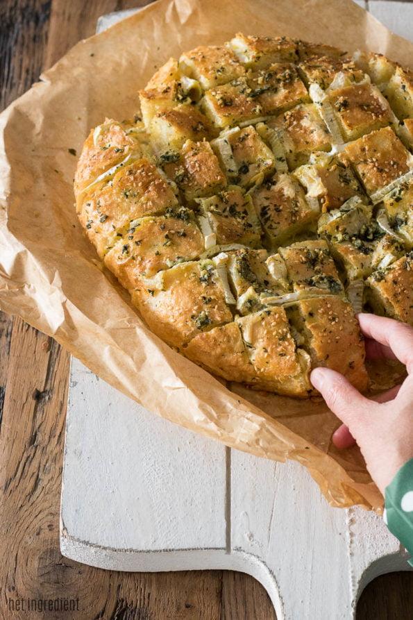 borrelbrood met camembert en kruidenolie