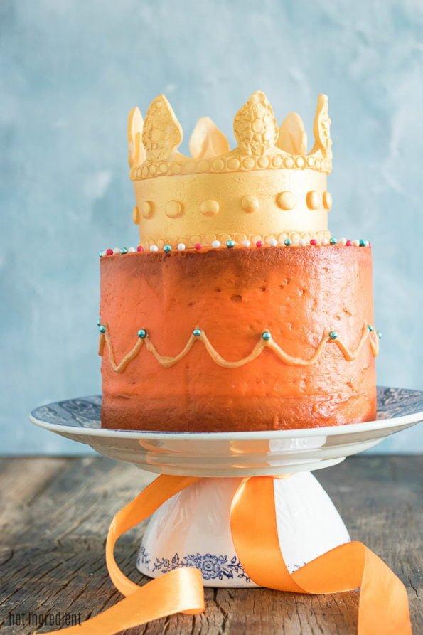 koningsdagtaart met gouden kroon