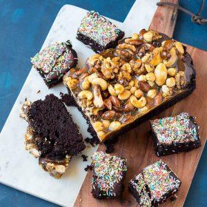 snelle chocoladecake met noten karamel en sprinkles