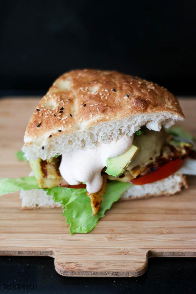 hamburger met courgette en avocado