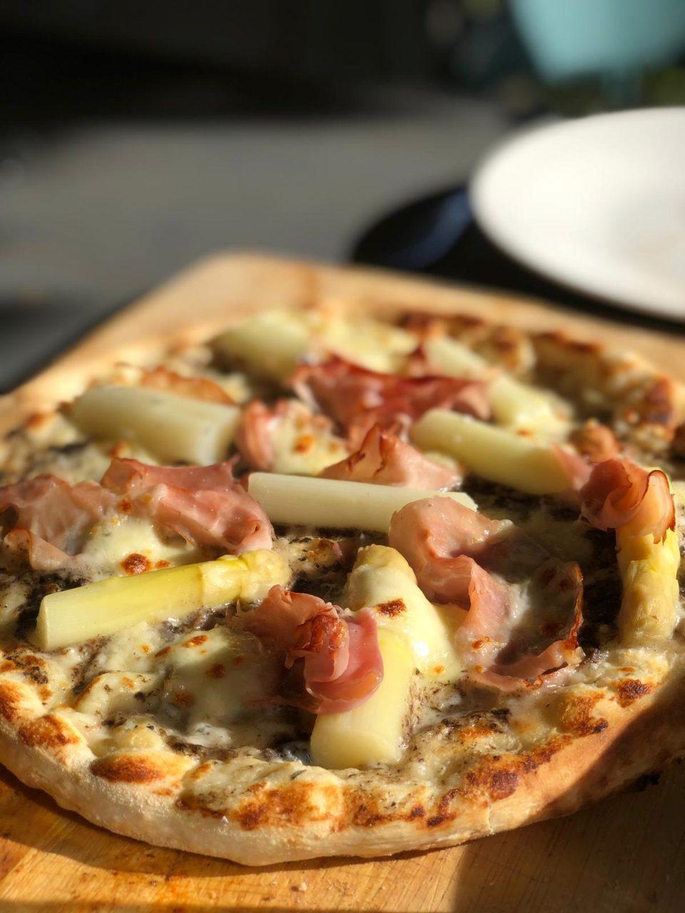 pizza-met-asperges-bechamel-truffel-en-ham