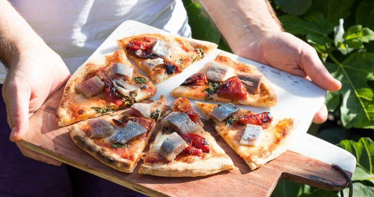 Pizza met haring en zongedroogde tomaat