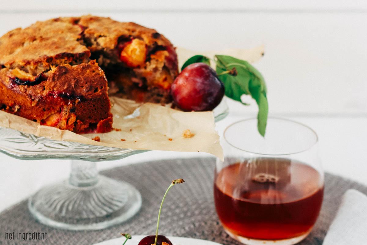 Havermout cake met pruimen en kersen