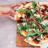 pizza met halloumi, linzen en harissa
