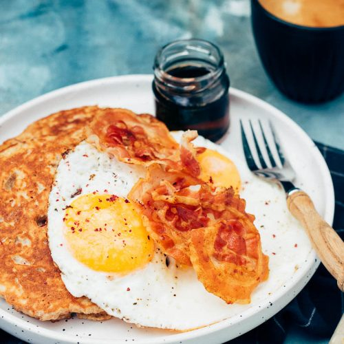 volkoren yoghurt pancakes met pancetta, gebakken ei en ahornsiroop