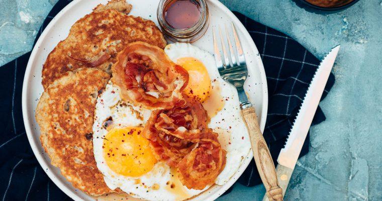 Volkoren yoghurt pancakes met pancetta, gebakken ei en ahoornsiroop