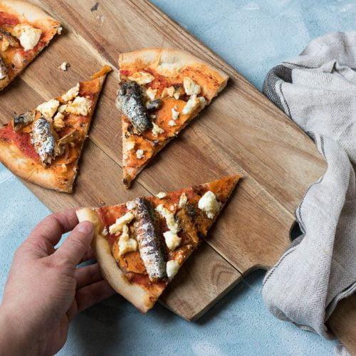 pizza met zoete aardappel, feta en sardines
