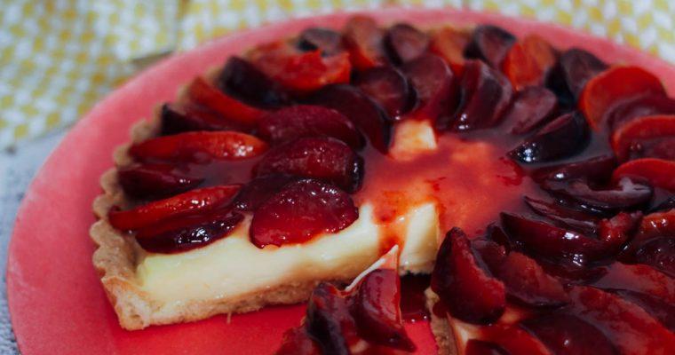 Citroentaart met gekarameliseerde pruimen en abrikozen
