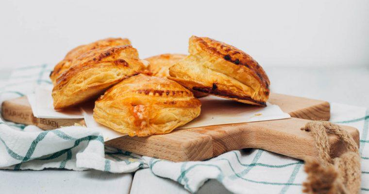 Rustici Leccesi: bladerdeeghapjes met mozzarella en ham