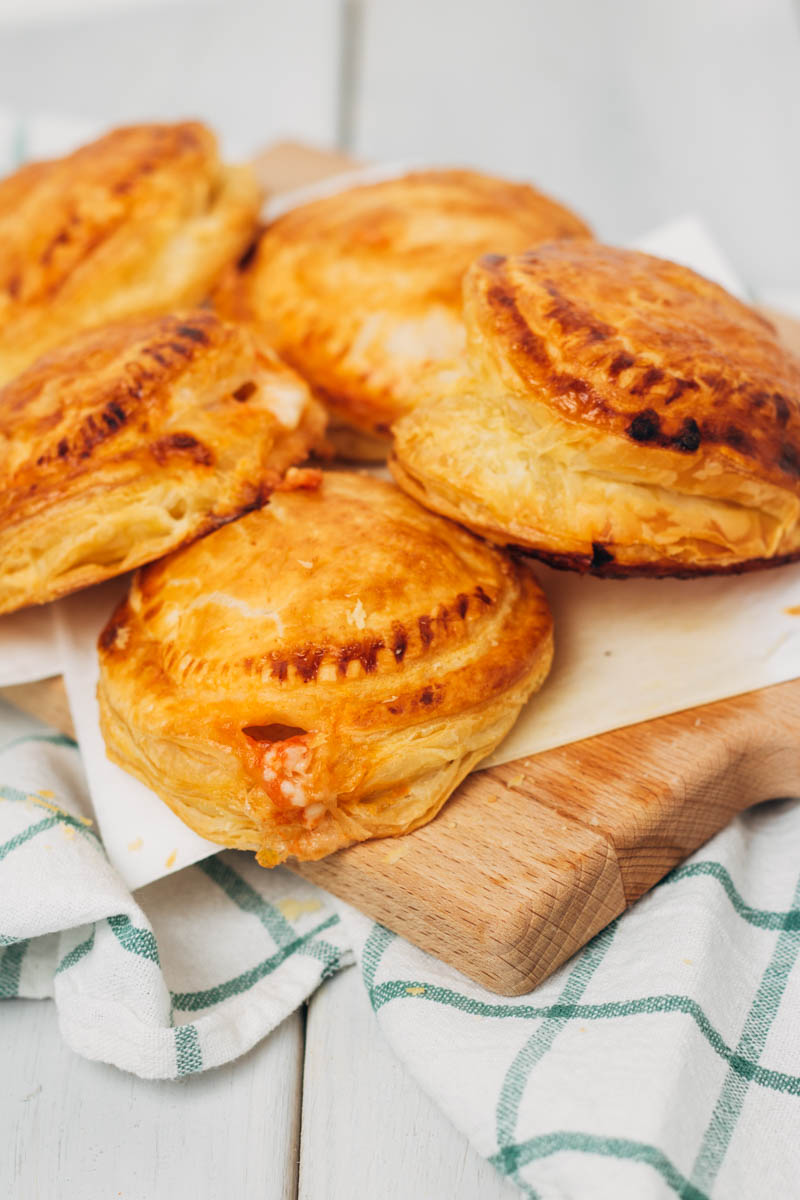 rustici leccesi- bladerdeeghapjes met mozzarella en ham-