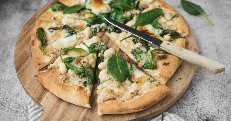 Pizza met ricotta, taleggio, witte bonen en spinazie
