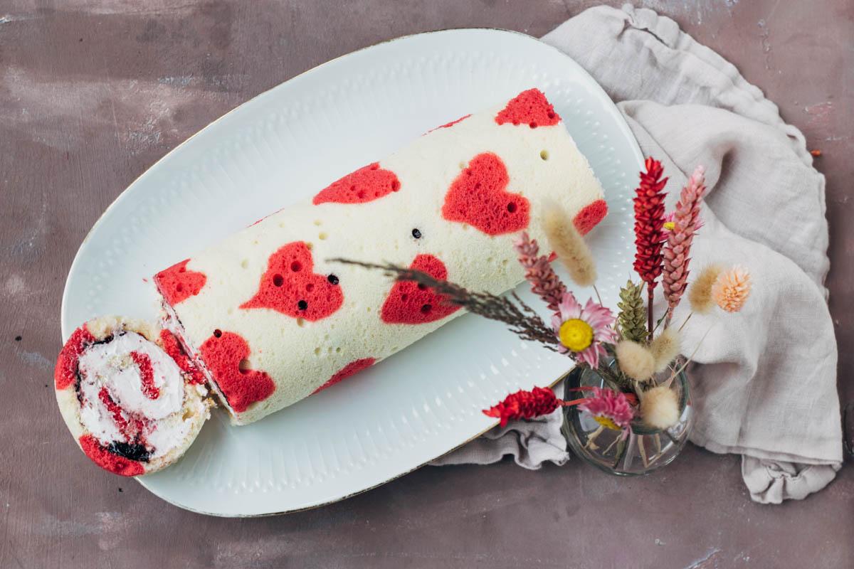 Cakerol met bramenjam en vanille slagroom voor Valentijnsdag