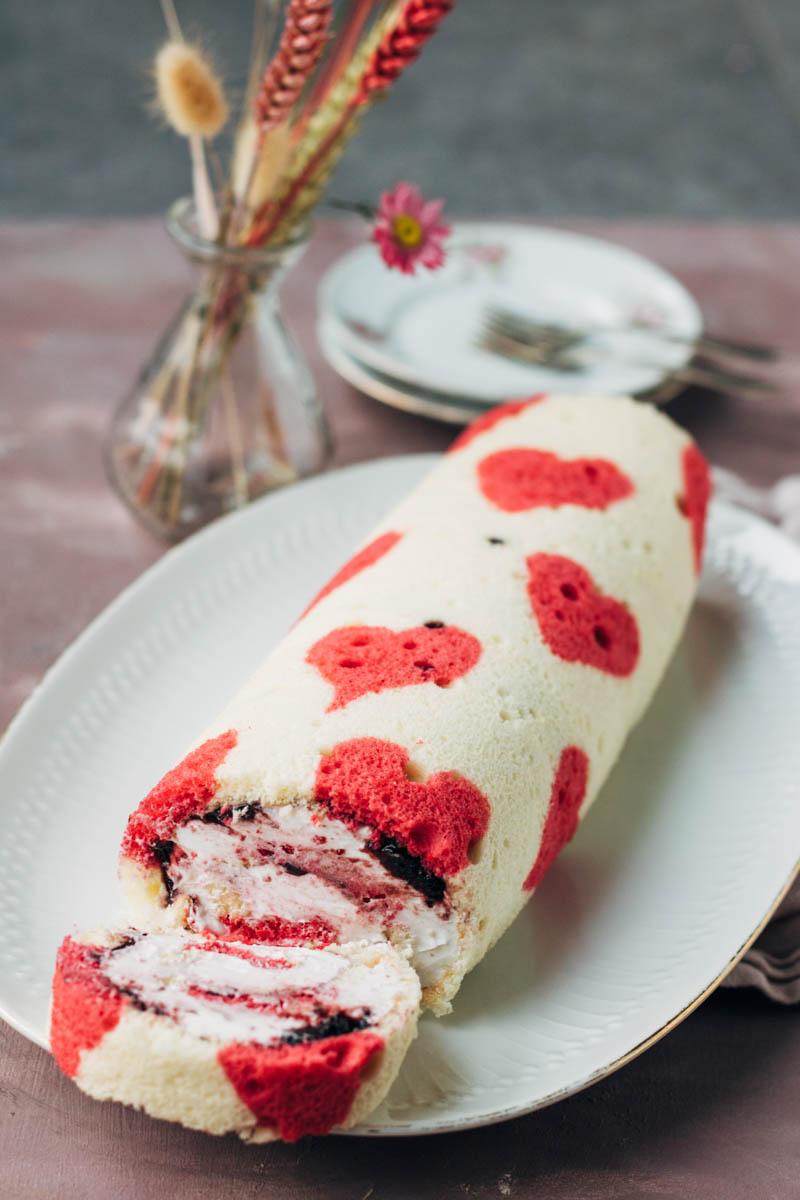 cakerol met bramenjam en vanilleslagroom voor Valentijnsdag