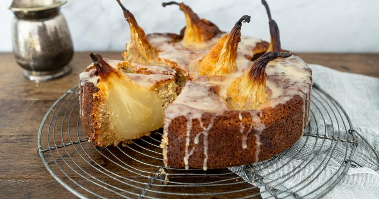 Peren kardemom cake met rozenwater glazuur