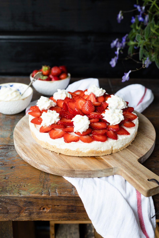 No bake aardbeien ricottataart met kaneelbodem