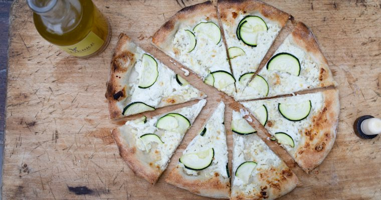 Pizza met geitenkaas, courgette en gerookte citroenolie